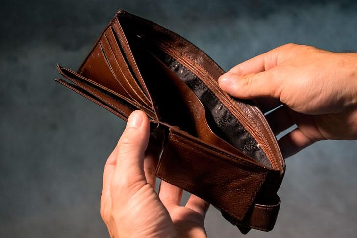 Прижимистая жена денег не даёт