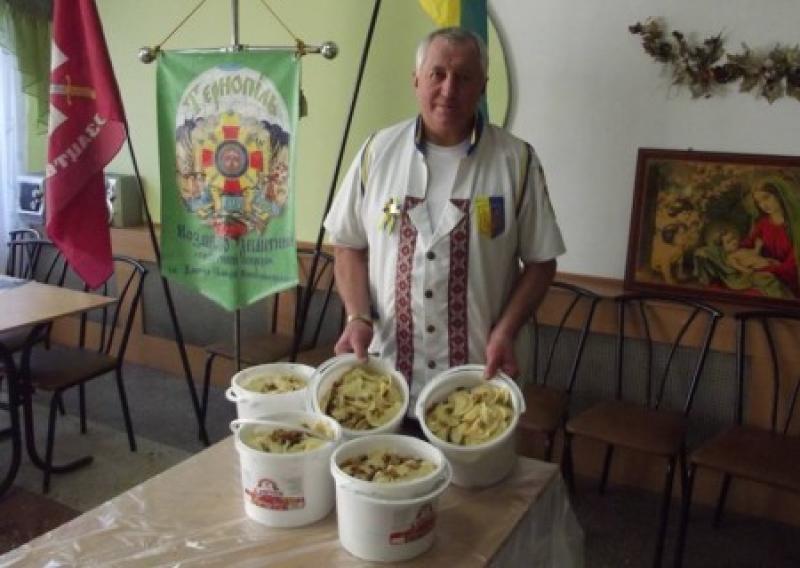 Рецепт победы: тернопольские волонтеры еженедельно отправляют бойцам АТО по 40 ведер вареников