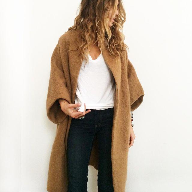 Пальто, футболка, джинсы скинни. Skinny jeans, coat, white t-shirt. Parisian chic.