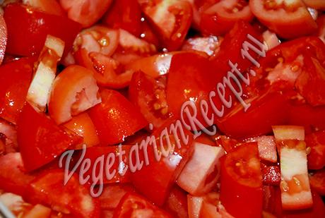 режем помидоры на лечо