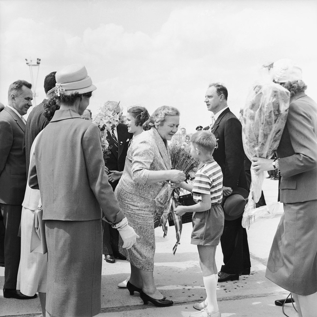 RUssIA - JANUARY 01: Nina Khrushchev receiving flowers after her arrival at the airport on occasion of Nikita Khrushchev?s state visit ( Soviet prime minister). Photography. 1960. (Photo by Imagno/Getty Images) [Nina Chruschtschowa empaengt Blumen bei ihrer Ankunft am Flughafen anlaesslich des Staatsbesuches ihres Mannes, Nikita Chruschtschow, sowjetischer Ministerpraesident. Photographie. 1960]