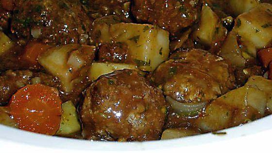 Тефтели с картошкой в кастрюле: готовим сытный обед