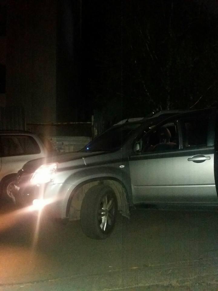 Водитель, вернувшись к машине, нашёл на стекле несколько записок… Тогда он понял, что надо действовать немедленно. Спасение котёнка