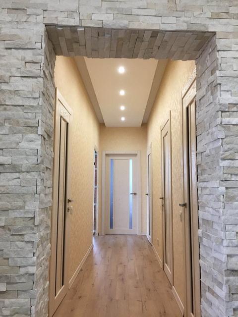 Шпонированные двери в коридоре