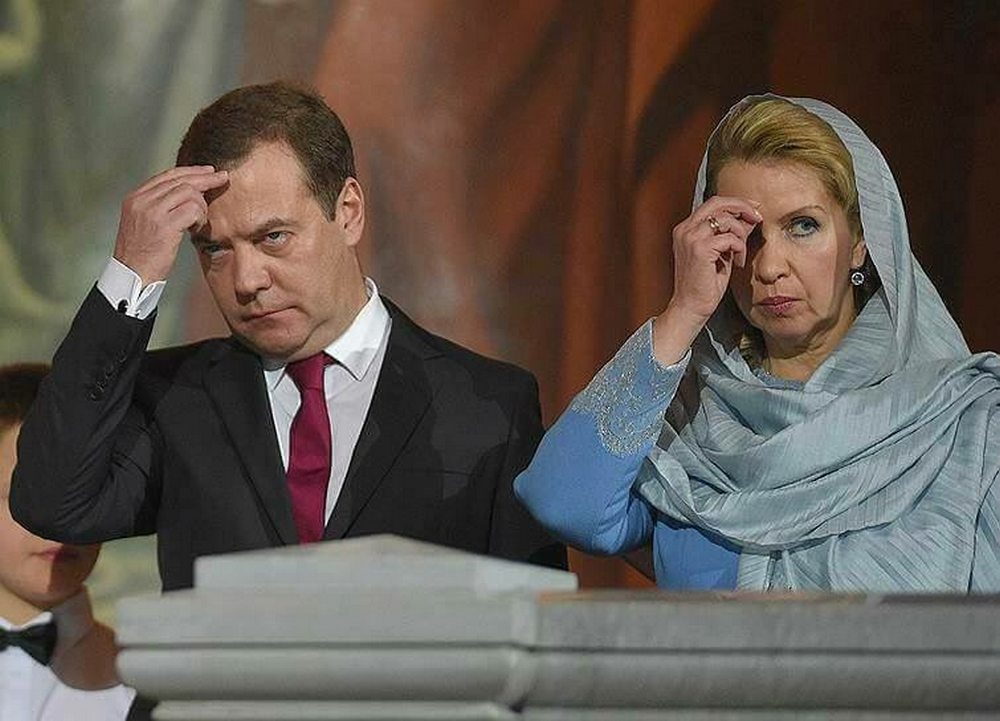 «Любовь прошла, завяли помидоры?» Пользователи Сети обнаружили, что на рождественских снимках Дмитрия Медведева на нем нет обручального кольца