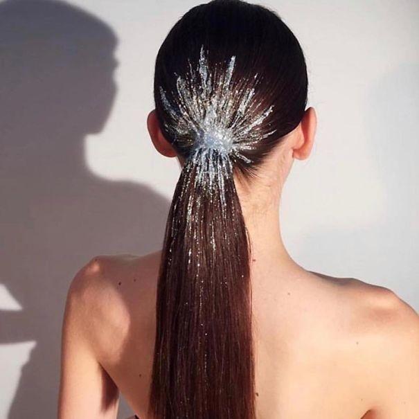 12. Конский хвост, украшенный блестками волосы, праздник, прическа, рождество