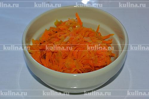 Обжариваем измельченные овощи на растительном масле, а затем отправляем их на бумажное полотенце, удаляя таким способом излишки жира из обжаренных овощей. Затем перекладываем овощи в миску и остуживаем их.