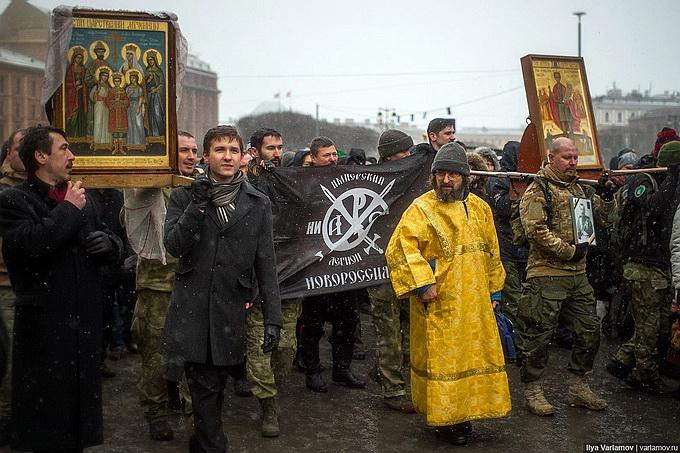 Бойцы армии Новороссии подде…