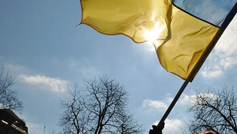 Не надругательство. Трое поляков вытерли ноги о флаг Украины