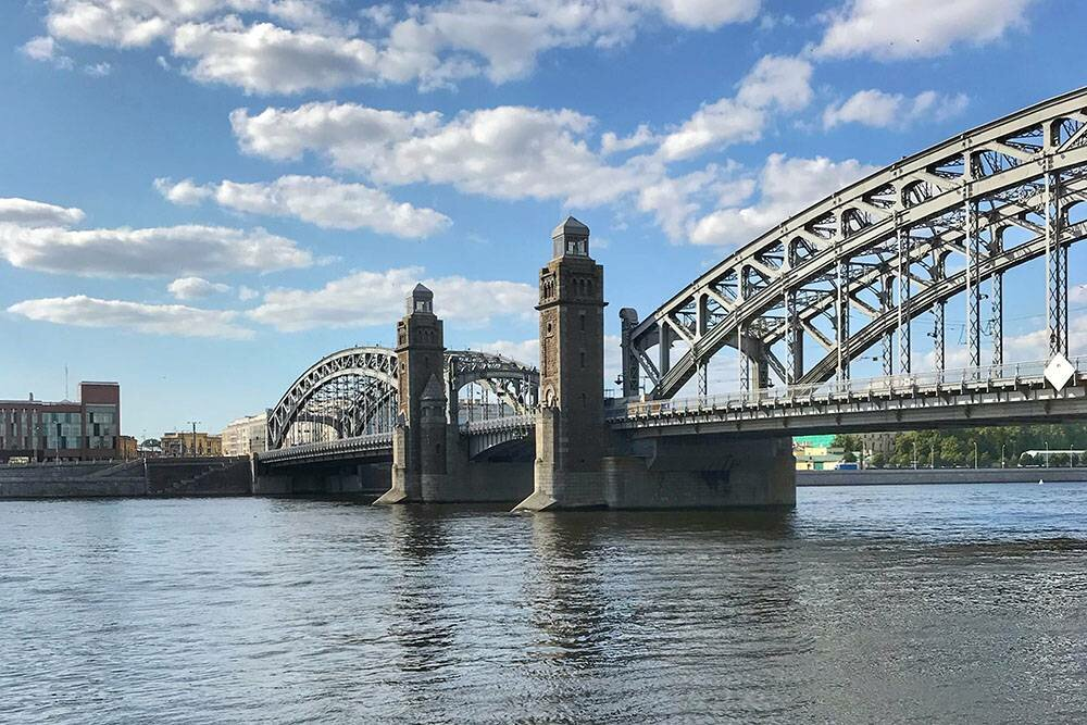 Полегенде, одна измиллионов металлических заклепок моста— золотая