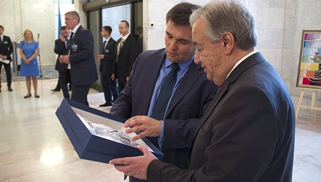 Рогозин высмеял Климкина за вышиванку, подаренную генсеку ООН