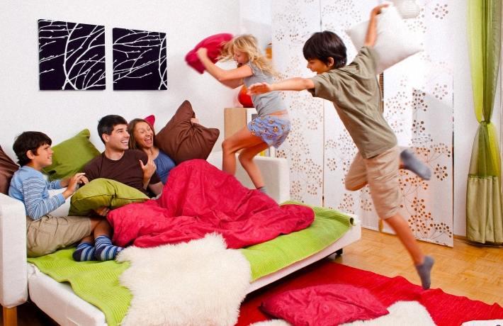 Дети играют с родителями