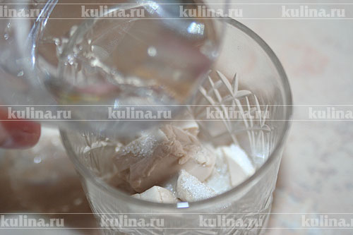 Свежие дрожжи раскрошить. Взять стакан, выложить в него дрожжи, добавить 2 ч. л. сахарного песка и 50-70 мл теплой воды, перемешать и дать постоять минут 5. Когда дрожжи поднимутся, можно приступать к приготовлению опары.