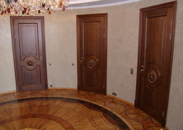 Шпонированные двери в интерьере квартиры