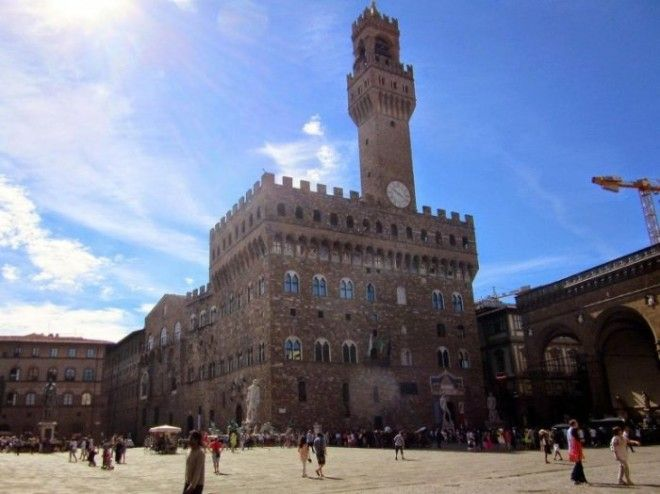 Одно из наиболее известных зданий города построено в виде средневекового форта по проекту итальянского архитектора Арнольфо ди Камбио