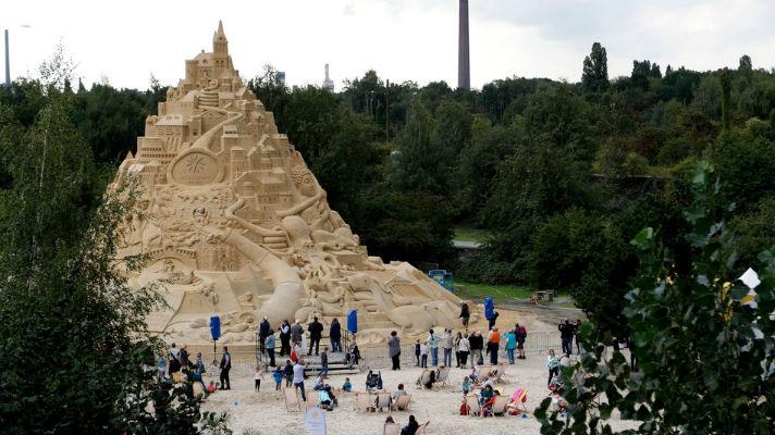 В Германии построили самый большой в мире песчаный замок — высотой с пятиэтажный дом
