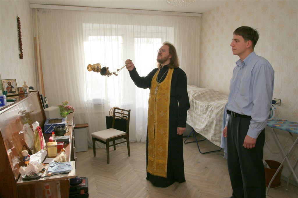 Можно ли крещеному ходить без креста? Обязательно ли освящать жилище?