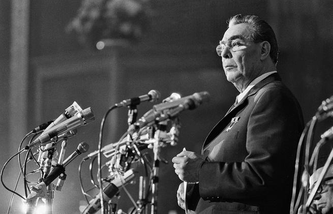 """""""Свита держала Брежнева, хотя он умолял отпустить его на покой"""""""