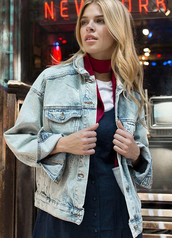 1. Джинсовая куртка - на ней много карманов, и все что нужно будет под рукой одежда, подборка, полезно, полет, самолет, советы, удобно, фото