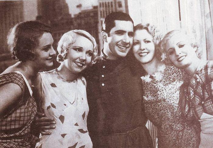 Карлос Гардель в окружении прекрасных девушек