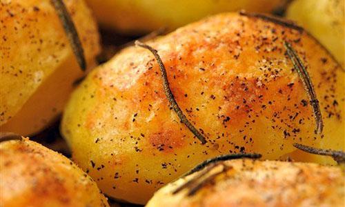 Вкусный и ароматный гарнир: Запеченный картофель в крупной соли!