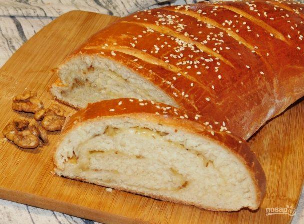 Белый хлеб с сыром и орехами