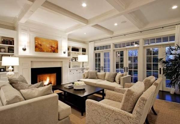 Интерьер гостиной с камином в дизайне загородного дома