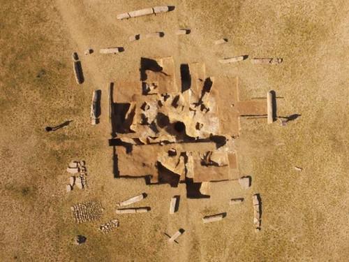 В Монголии обнаружен древний саркофаг, окруженный 14 каменными столбами с таинственными надписями