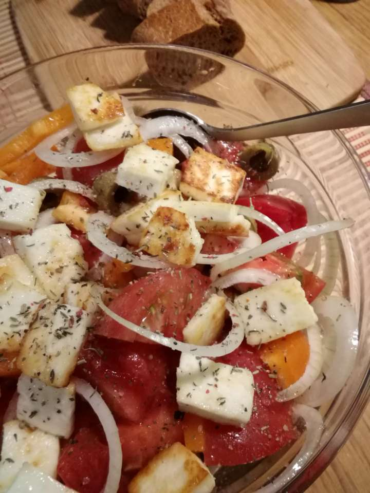 Овощной салат с жареным сыром