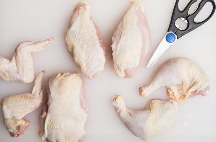 Как разделать курицу при помощи ножниц