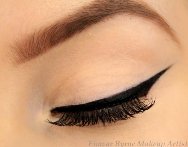 Нанесение макияжа — скрупулезный процесс, требующий массу времени...