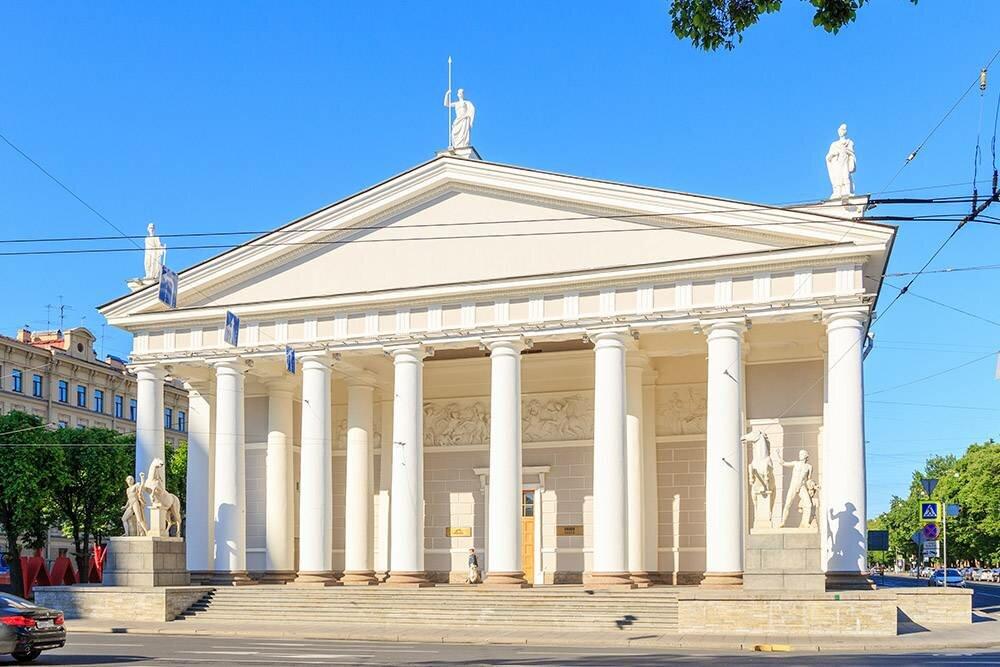 Найти «Манеж» легко: это здание сколоннами рядом сИсаакиевским собором иАлександровским садом. : Maykova Galina / Shutterstock