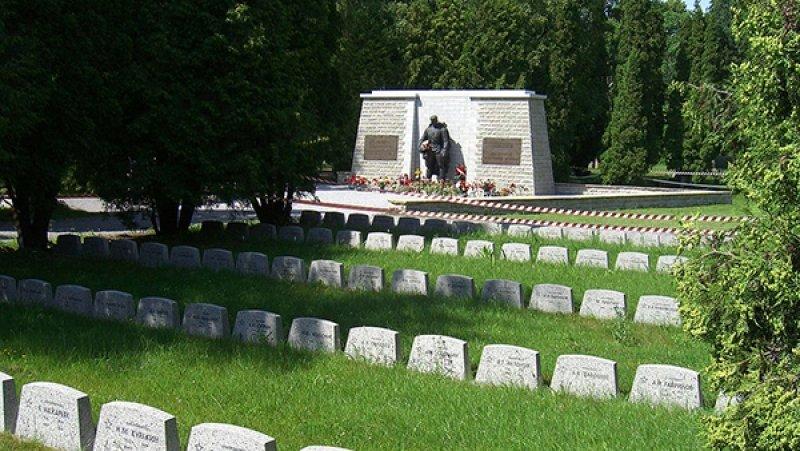 МИД РФ назвал «позорным глумлением над памятью погибших» войну Польши с монументами