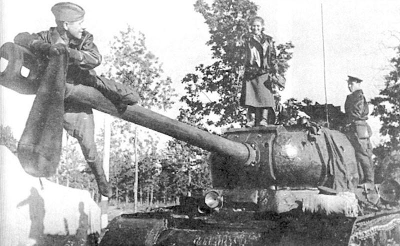 """Экипаж """"семейного"""" танка Бойко одет в короткие кожаные куртки поверх офицерского обмундирования. ВОВ 1941-1945, Женщины на войне, танк, танкисты."""