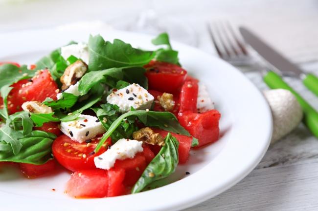 Салат с помидором и сыром и орехами