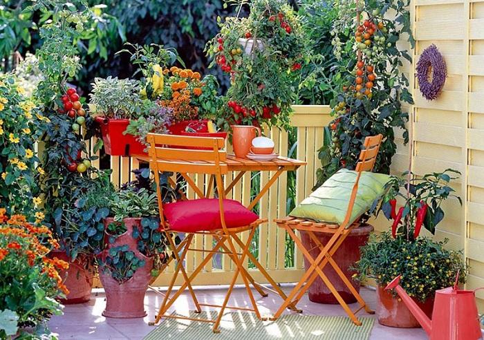 Хороший вариант декорирования места в саду при помощи цветов и удобных мест для сидения.