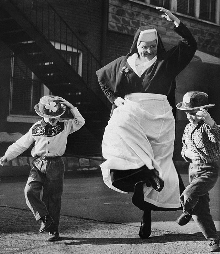 26. Монахиня танцует с детьми в День святого Патрика, Ирландия, 1964 год детство, прошлое, фотография