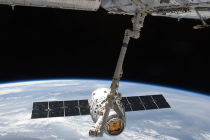 Корабль Dragon пристыковался к МКС с опозданием на сутки,пока развозил всех по домам