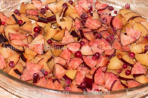 Добавить ягоды брусники.