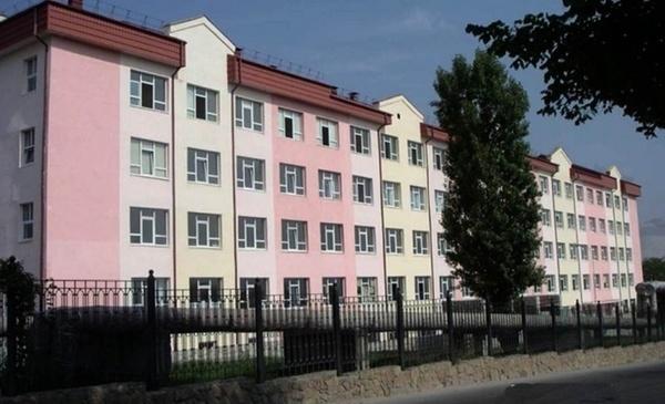 Житель Новороссийска снес шлагбаум, чтобы забрать жену и ребенка из роддома
