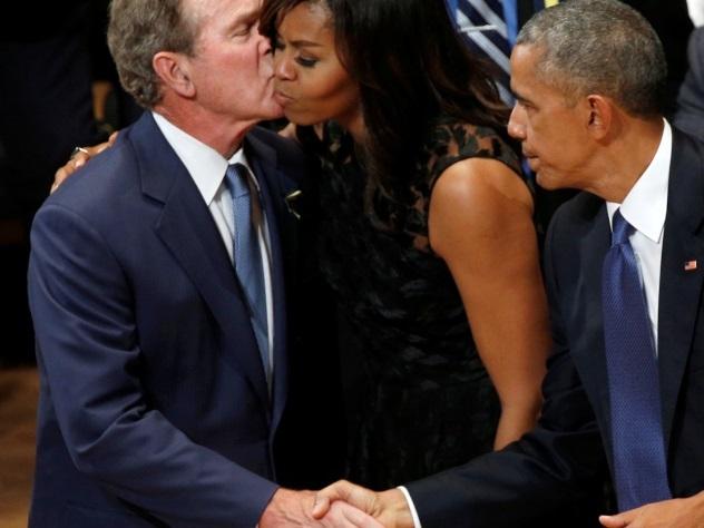 Видео: Буш пританцовывает на панихиде по погибшим в Далласе полицейским