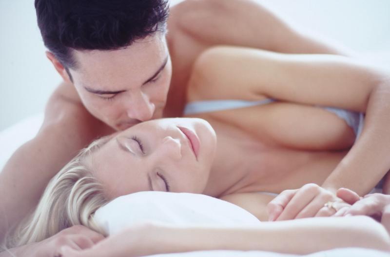 Раннее утро. Муж с женой спят... Улыбнемся)))