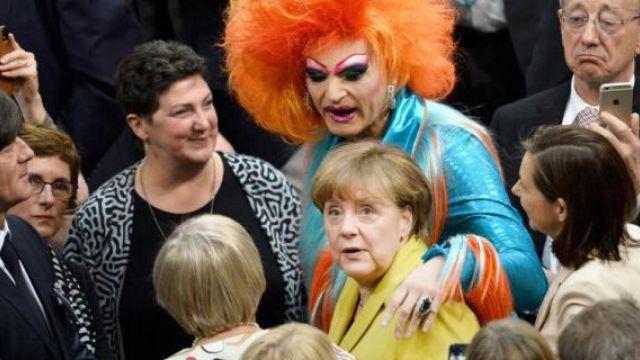 Меркель обнималась с двухметровым трансвеститом на выборах в ФРГ
