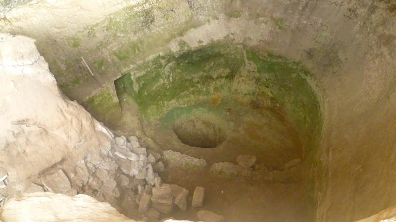 Колодец город Чуфут-Кале, крым, пещерный город, пещерный город Чуфут-Кале
