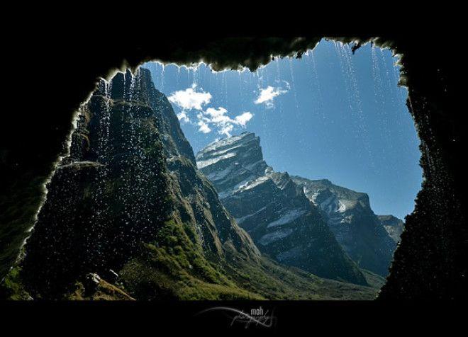 Вид из ледяной пещеры на пути к Базовому лагерю Аннапурны