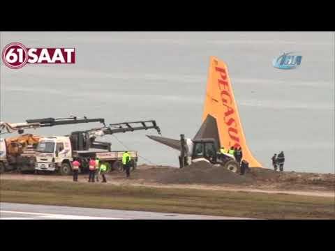 В Турции самолет застрял на краю обрыва