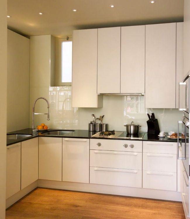 Современная белая кухня с угловой тумбой и двумя раковинами