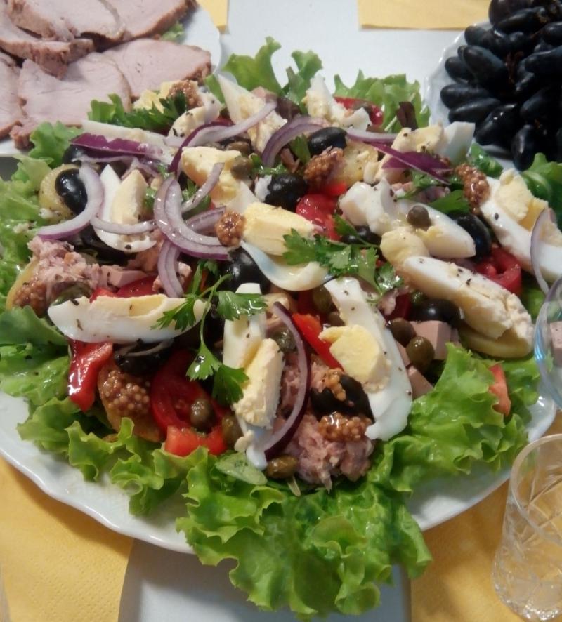 Отличный салат с тунцом и печенью трески для дружной компании