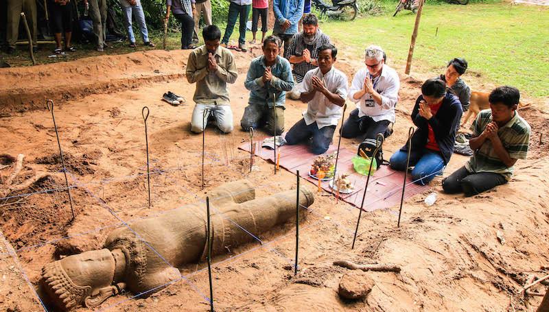 В Камбодже археологи нашли древнюю статую демона-охранника