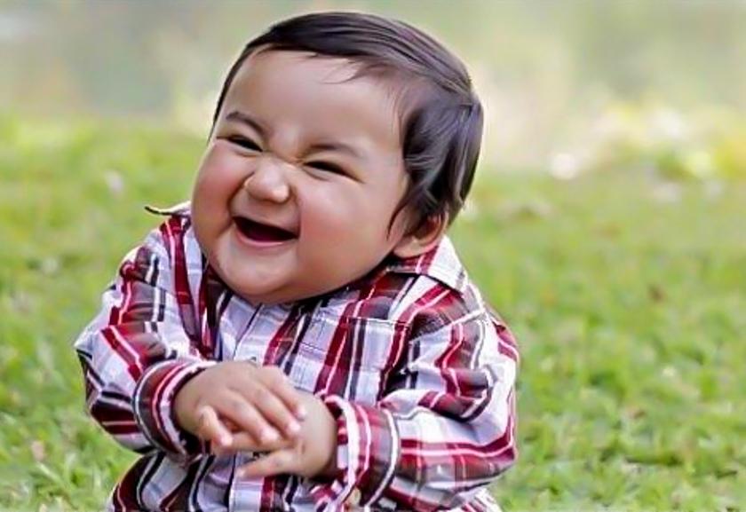 Трясутся коленки: 15 смешных фото малышей, похожих на коварных злодеев